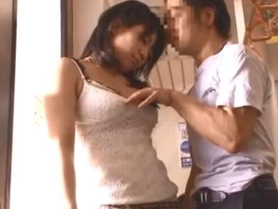 美少女が電車内で変態男に強引に襲われて抵抗できないままザーメン大量ぶっかけ