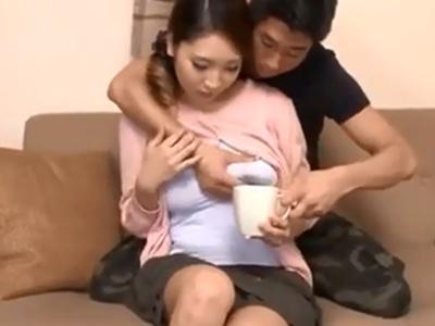 母乳飛び出る巨乳妻の膣奥に濃いザーメンたっぷり中出し込みw