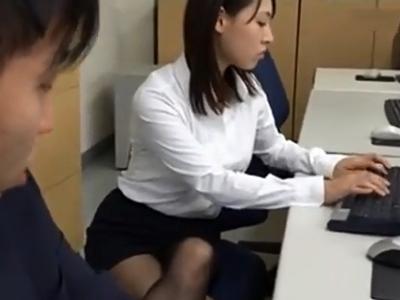 淫乱OLが部下と勤務中にも関わらずオフィスでズボハメ性交