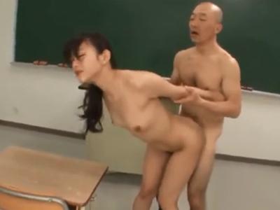「激しすぎるよぉ!」放課後の教室でハゲ教師に強引に犯されてしまう美女