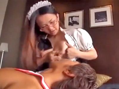 眼鏡メイドが母乳を撒き散らしながらご主人様のチンポに絶頂昇天w