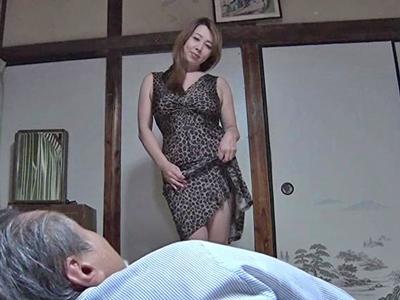 体を持て余す熟女が年老いた義父と毎晩SEX