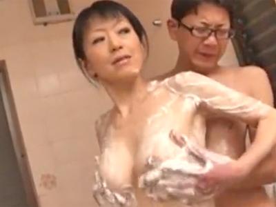 「だめよぉ‥しっかり洗って!」若いチンポ大好きな熟女が草食男子を手玉にとって淫語ハメ
