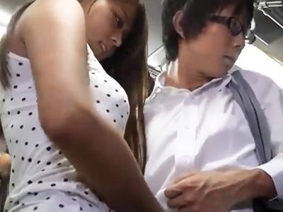 フェロモン振りまくビッチなお姉さんがバス内で草食男子を逆痴漢w