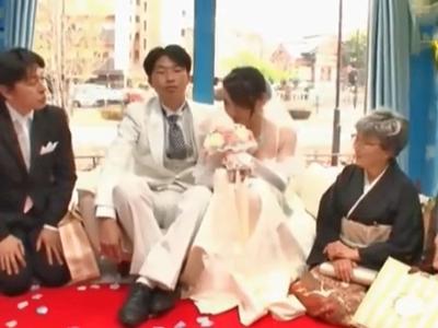 「赤ちゃん出来ちゃう」新婚ホヤホヤの花嫁をMM号で中出しNTR