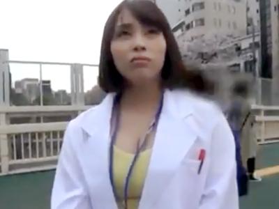 白衣着てるけど谷間の主張が凄い巨乳素人さんを駅前でナンパ→意外にビッチで即ハメ撮り性交