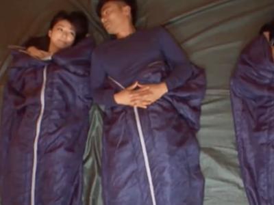 「ダメよ…起きちゃうでしょ」隣で嫁が寝ているのに嫁友と愛し合う夫