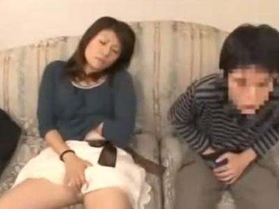 親子でAV鑑賞→発情したママが息子チンポをフェラ抜き開始!