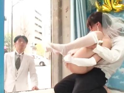 「やだっ!見えちゃぅッ!」結婚式後の花嫁が中出しされて証拠隠滅を企てるw