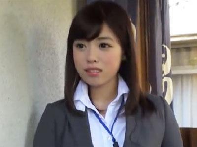 アイドル顔の美女OLがインカムからの指示に従って勃起チンポを手コキ抜き