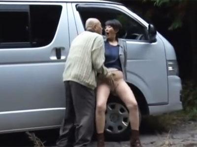村の美熟女妻を車に連れ込んで行きずりSEX!