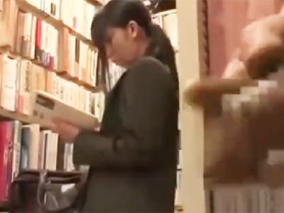 書店で真面目JKが鬼畜2人組に中出しレイプされてしまう…