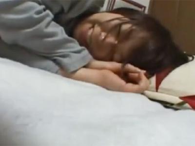 出勤前にまだ寝ぼけている方言がかわいい彼女に中出ししていく