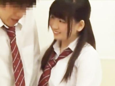 「固くなってるぅww」痴女JK2人が教室で同級生誘惑してパコw