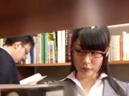 「なに興奮しちゃってるの?…」メガネのエロOLと図書館でサイレントハメ!