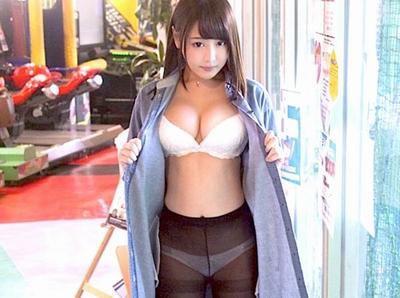 「ここで?無理ムリっ!」ちょっと大きめの多目的トイレで浜崎真緒ちゃんが露出パコ