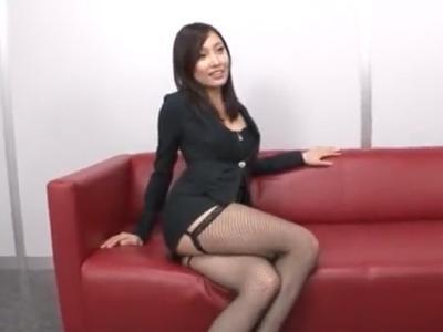スレンダー網タイツ美女が行列になった男たちのザーメンを膣で受け止め続けるw
