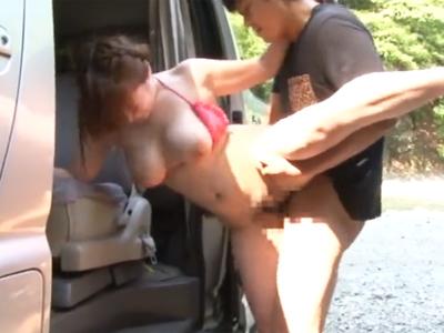 キャンプ中に車の陰でおっぱじめちゃう巨乳お姉さんw