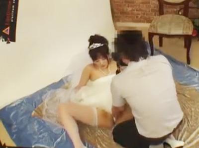 結婚式前のウェディングドレスを着た新婦を騙してガン突き中出しレイプ