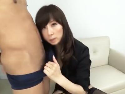 黒パンストの美脚美熟女がM男のチンコに跨って膣内搾精!
