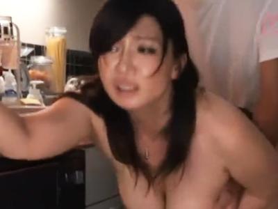 ムチムチの熟女人妻が旦那に隠れてキッチンで濃厚SEX