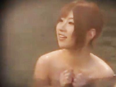 温泉で男湯に飛び込み乱交を誘う美女のSEXを盗撮!