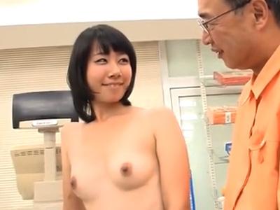 バイトの女の子と店長がお客さんの前で露出ファックしちゃう狂ったコンビニw