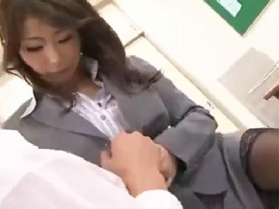 性欲の限界に達した淫乱教師が放課後の教室で禁断の生中出しパコ