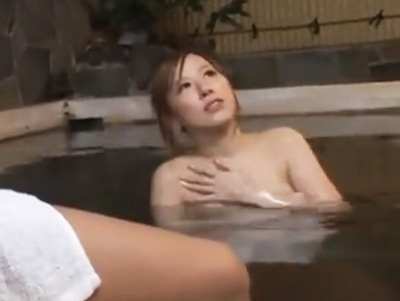 ついガン見しちゃうwギンギンチンコに興味津々の巨乳ギャルと露天風呂ファック