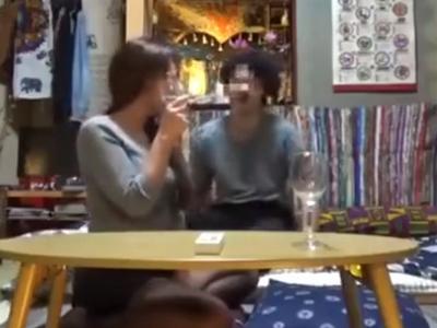 「飲んでるよ~笑」男の家で泥酔になった巨乳ギャルを盗撮しながらハメ倒し