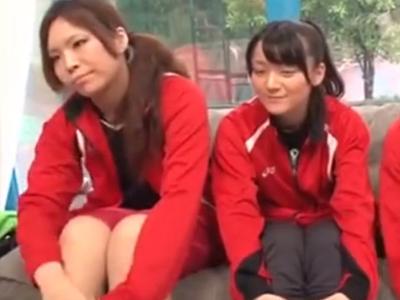 3人組のスポーツ女子をナンパして1人だけMM号で顔射ファック!