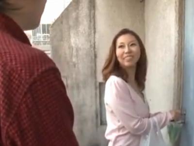 訪問者チンポを手コキフェラでぶっこ抜く痴女人妻