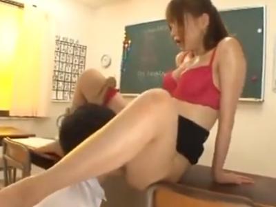発情即ハメ!教室でおっぱじめるとんでもない痴女教師!