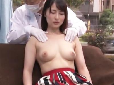 乳腺マッサで発情した人妻が寝取られてパイ射されたザーメンをおっぱいに塗り込まれるw