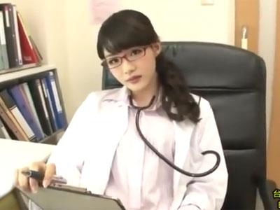 スレンダーな美女医が患者の勃起チンポを優しくも激しく手コキ責め
