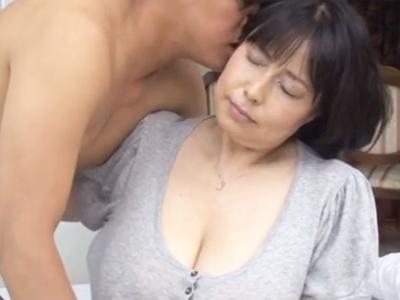 超乳ぽちゃぽちゃ完熟女が非常識なデカさの乳を披露するw