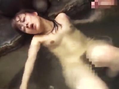 温泉を満喫中の若妻をレイプして顔面にザーメンをべっとりぶっかけ!