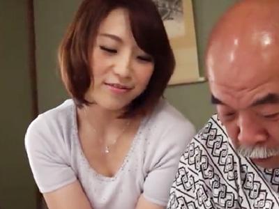 「ここが気持ちいいですか?」美人な嫁が夫の父の下半身を手淫介護