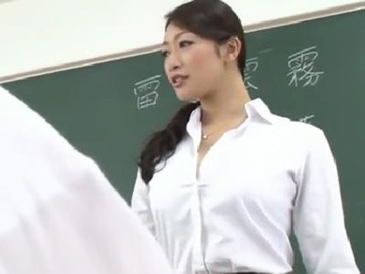 生徒の恨みを買った美人教師が帰りの電車で襲われて‥