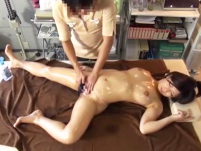 媚薬オイルを膣内に塗り込まれて発情した巨乳美女がチンコに跨り腰振りに夢中w