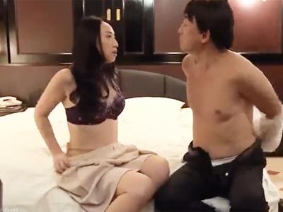 赤ん坊を差し置いてセフレに母乳吸わせて中出しさせるクソ痴女母w