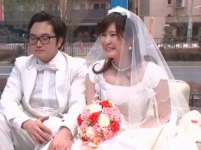 「だって気持ちぃから…」新婚ホヤホヤのくせにウェディングドレスで中出しNTRされる花嫁!
