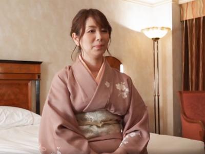 正月の神社で捕まえた雅な和服熟女に人妻であることを忘れて濃厚セックス楽しんでいただくw