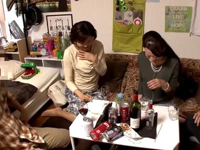 「久しぶりすぎて…っ!」熟女妻2人がほろ酔い気分で久々の不倫パコ