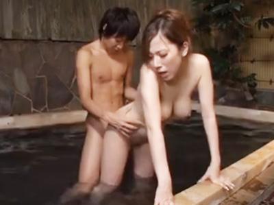 混浴風呂に入ったらフル勃起チンポを巨乳ギャルに発見されてそのまま痴女られたw