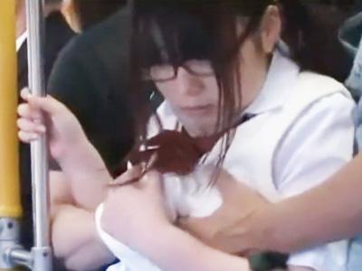 バスの中で痴漢された真面目そうな眼鏡少女が両穴を同時に使われて辱しめられるw