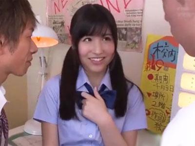 クラスで一番人気の美少女JKと3Pプレイ→綺麗な肌にザーメン塗装
