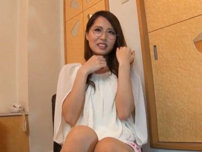 眼鏡の似合う欲求不満な淫乱女がチンポを発情顔でフェラチオ抜き