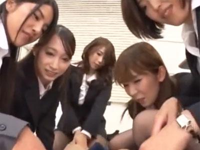 変態痴女OL集団が一本のチンポに囲むように集まり痴女奉仕責め