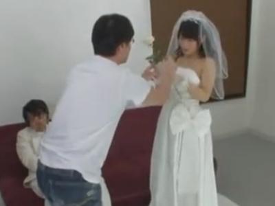 ウェディングドレス姿の新妻に他人ザーメン大量中出し!
